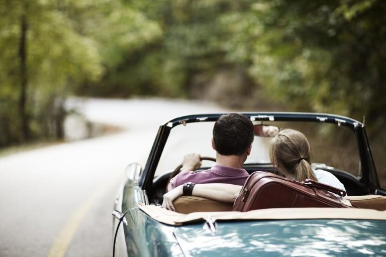 Влюбленная пара путешествует на кабриолете